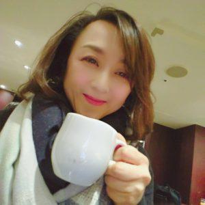 神田裕子コーヒーを飲む